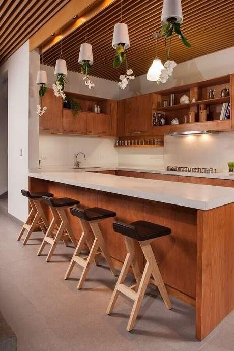 36. Decoração com banquetas para bancada de cozinha de madeira. Foto: Archdaily