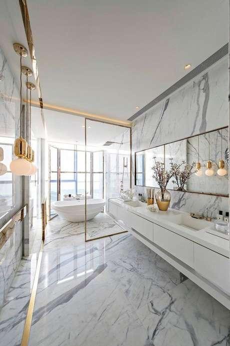 28. Revestimento marmorizado no banheiro amplo com detalhes dourados – Foto Estilo Proprio by Sir