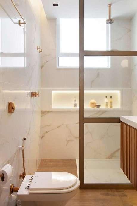 30. Revestimento marmorizado no banheiro com moveis de madeira – Foto Casa de Valentina
