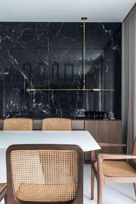 3. Revestimento marmorizado preto na sala de jantar – Foto Pinterest