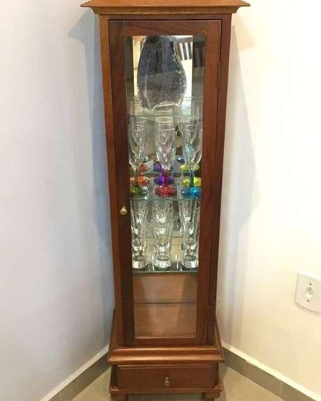 21. Cristaleira pequena de madeira na casa moderna – Foto Ape 103