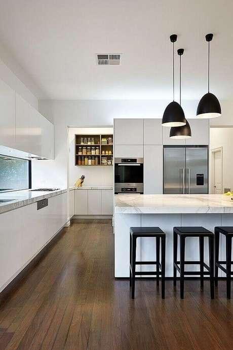 48. Cozinha branca moderna decorada com banquetas para bancada de ilha. Foto: Pinterest
