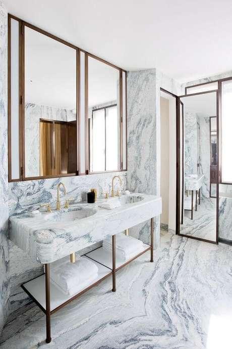 55. Banheiro moderno com revestimento marmorizado cinza na parede e bancada – Foto Brene