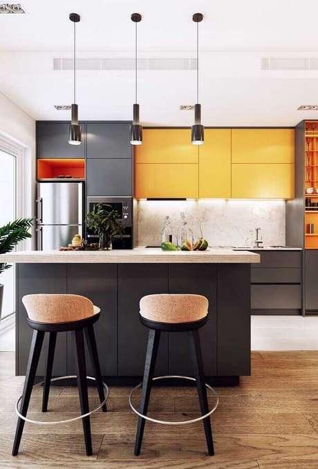 22. Decoração moderna com banquetas para bancada de cozinha com ilha cinza e amarela. Foto: Pinterest