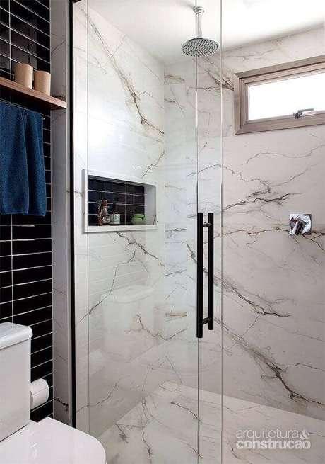 49. Banheiro com revestimento marmorizado branco e cinza – Foto Arquitetura e Cosntrução