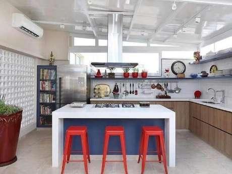 37. Decoração com banquetas para bancada de cozinha com ilha planejada. Foto: Pinterest