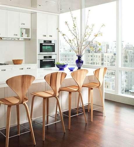 12. Banquetas para bancada de madeira em varanda gourmet branca moderna. Foto: Pinterest