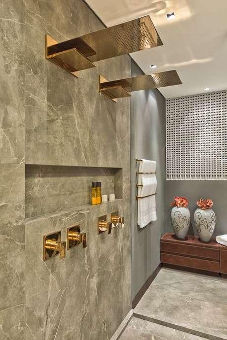 18. Revestimento marmorizado cinza no banheiro moderno – Foto Lola Home