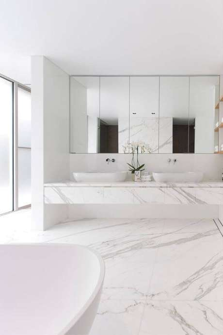 57. Banheiro moderno com revestimento marmorizado e enfeites brancos – Foto Limão n'agua