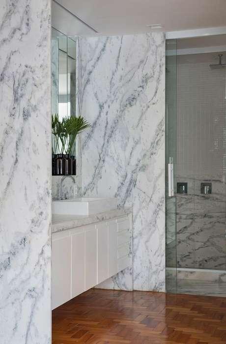 17. Revestimento marmorizado cinza no banheiro branco – Foto Casa de Valentina