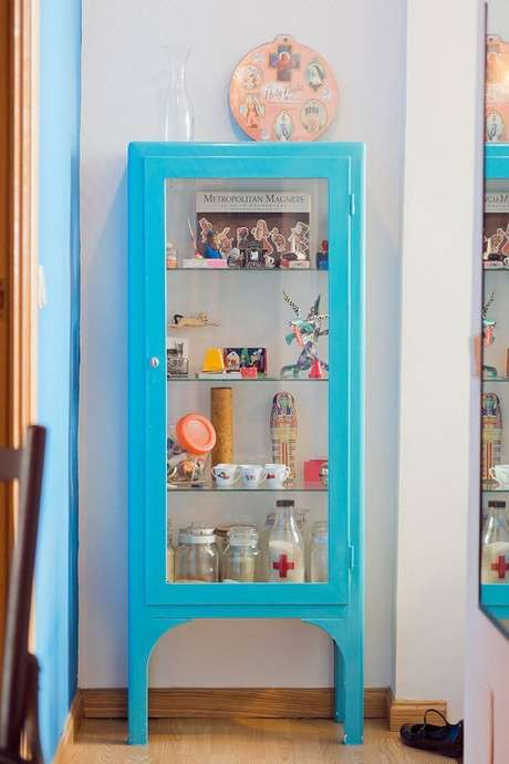 13. Cristaleira pequena azul na decoração moderna – Foto Ideias em Casa