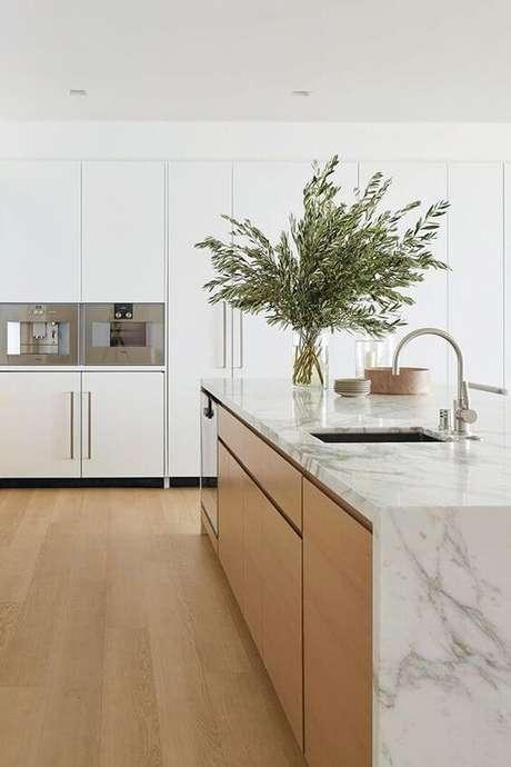 67. Cozinha clean com revestimento marmorizado no balcão – Foto MyDomaine