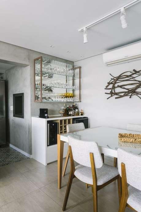 3. Sala de jantar com cristaleira pequena na parede – Foto Casca Estudio