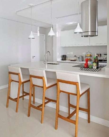 7. Banquetas para bancada de madeira em decoração de cozinha branca com ilha. Foto: Pinterest