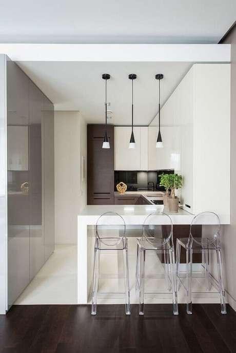 3. Banquetas altas para bancada de cozinha planejada pequena. Foto: Pinterest