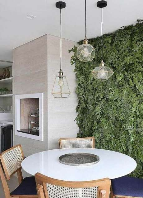 31. Luminária moderna pendente para decoração de varanda gourmet com jardim vertical – Foto Stal Arquitetura