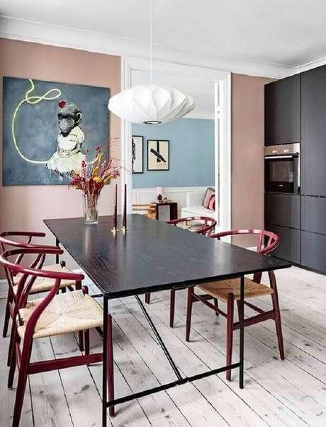 58. Decoração de sala de jantar com paredes cor de rosa claro e luminária moderna – Foto The Nordroom