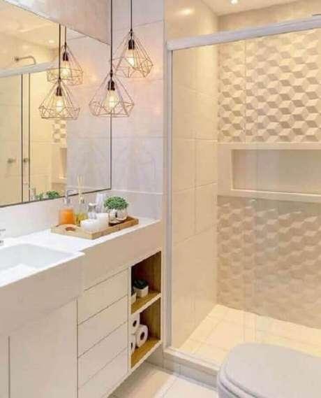 44. banheiro branco decorado com revestimento 3D e luminária pendente moderna aramada – Foto Pinterest