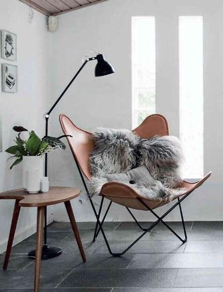 15. Decoração simples com poltrona de couro e luminária de chão moderna – Foto Futurist Architecture