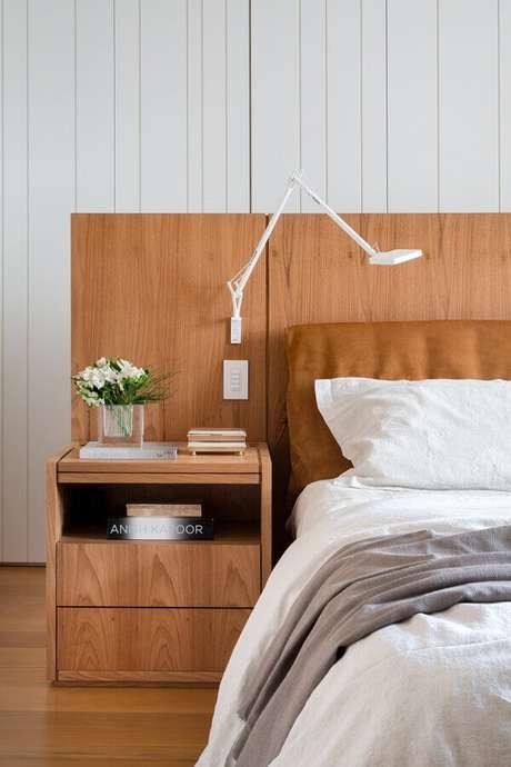 19. Luminária de parede moderna para quarto decorado com cabeceira planejada de madeira – Foto Archilovers