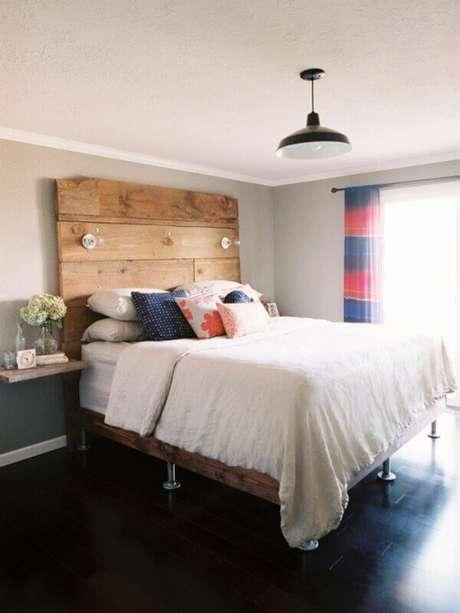 22. Piso preto para quarto simples decorado com cama de madeira – Foto Decoist