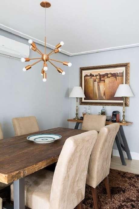 23. Luminária moderna cobre para decoração de sala de jantar com mesa rústica de madeira – Foto Casa de Valentina