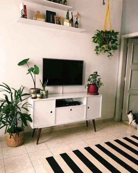 35. Rack pé palito branco na sala de estar – Foto Pinterst