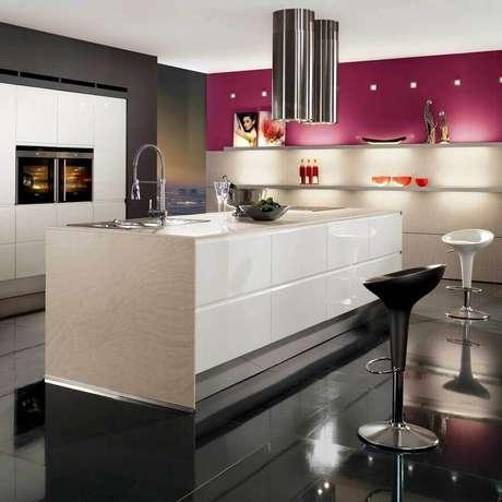 45. Decoração moderna com piso preto para cozinha com ilha – Foto Pinterest
