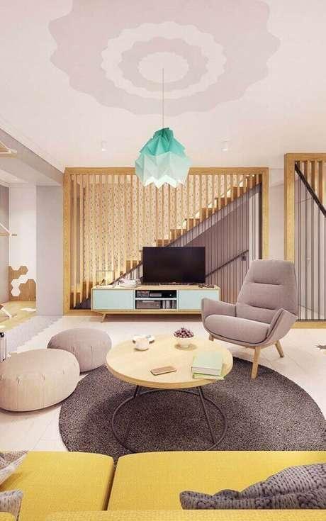 19. Sala de estar moderna com rack pé palito com sofá amarelo -Foto Pinterest