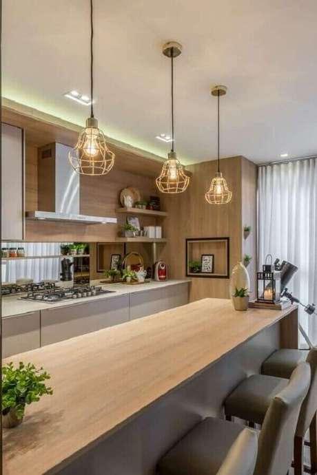 22. Luminária moderna aramada para decoração de cozinha amadeirada – Foto Lustres Amandini