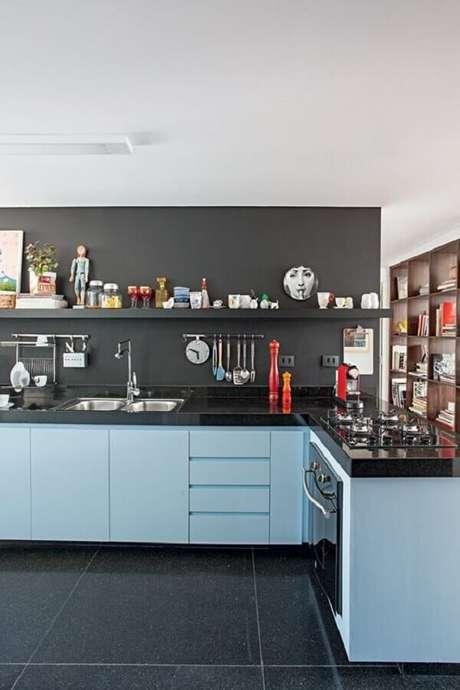 19. Piso preto para decoração de cozinha azul – Foto Jeito de Casa