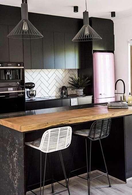 55. Decoração de cozinha preta com luminária moderna para bancada de madeira – Foto Eu Capricho