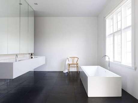 1. Banheiro minimalista decorado com piso preto fosco – Foto Archilovers
