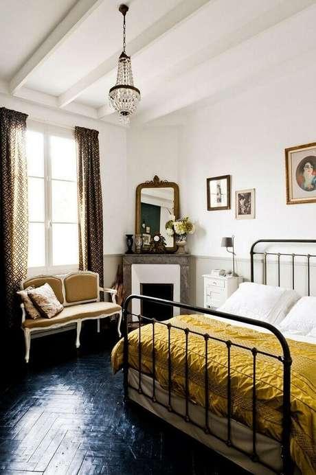 10. Piso preto para quarto de casal decorado com cama de ferro – Foto Pinterest