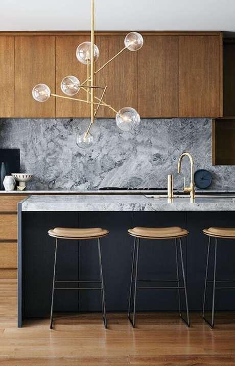 34. Luminária pendente moderna para decoração de cozinha planejada com ilha – Foto Manual da Obra