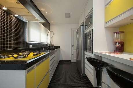 16. Piso preto para cozinha branca e amarela planejada – Foto Pinterest