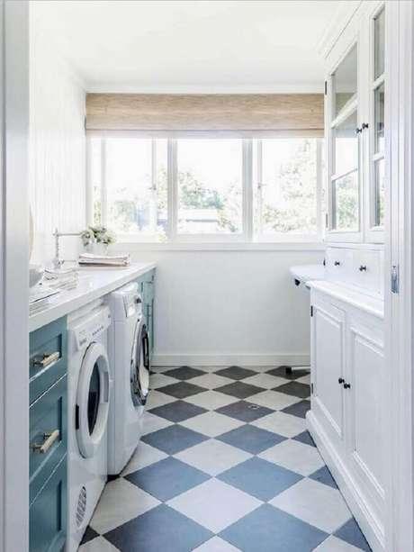 41. Decoração de lavanderia com piso preto e branco xadrez – Foto Conexão Décor