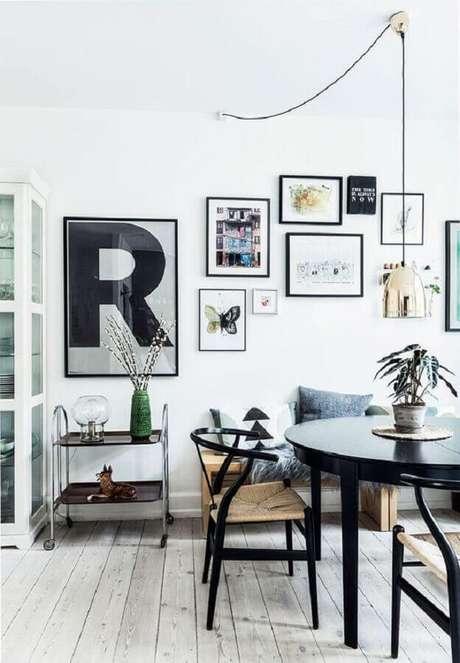32. Luminária para sala de jantar moderna decorada com vários quadros de parede – Foto Apartment Therapy