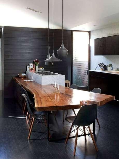 8. Piso preto para decoração de cozinha planejada com mesa integrada à ilha – Foto Archilovers