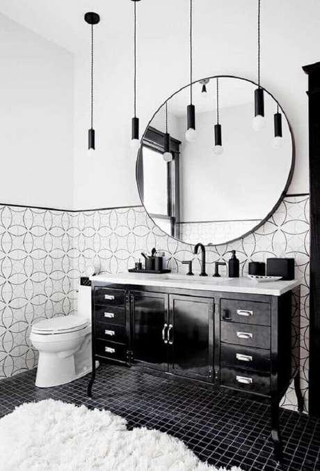 28. Decoração de banheiro com piso preto e espelho redondo – Foto Pinterest