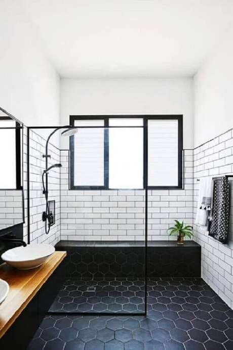 3. Decoração de banheiro com piso preto hexagonal e bancada de madeira – Foto Futurist Architecture