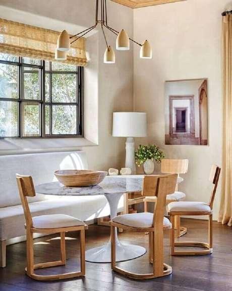14. Decoração para sala de jantar com luminária de teto moderna – Foto Fashionismo