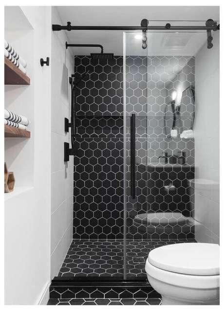 30. decoração de banheiro com piso preto hexagonal – Foto Pinterest