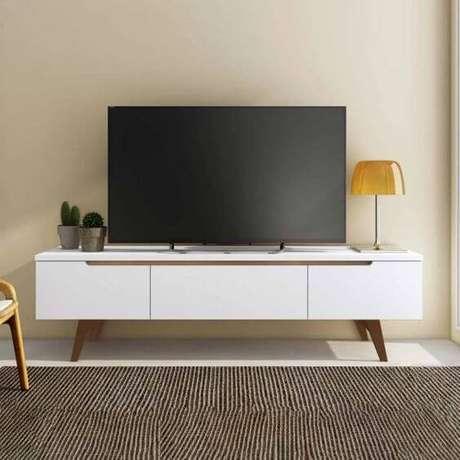 28. Rack pé de palito branco na sala de estar – Foto Mobly