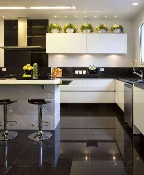 6. Decoração de cozinha branca com ilha e piso preto – Foto Dicas da Arquiteta