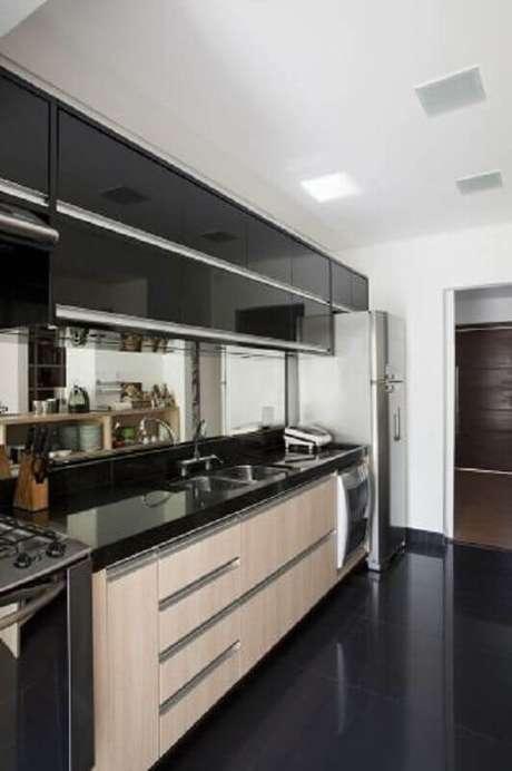 13. Piso preto liso para decoração de cozinha simples planejada -Foto Pinterest