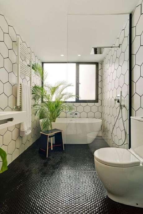 29. Decoração de banheiro com piso preto e revestimento hexagonal para parede – Foto Decorated Life
