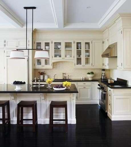 33. Decoração de cozinha clássica com piso vinilico preto – Foto Archilovers