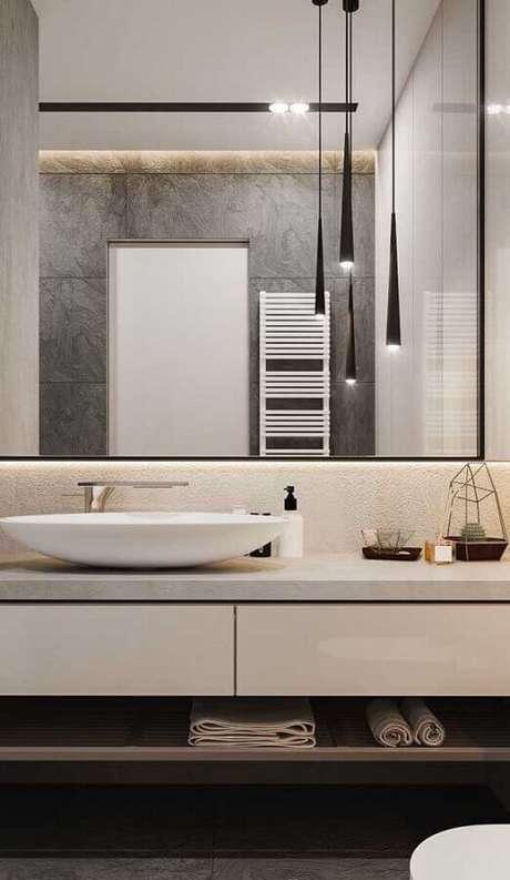 47. Banheiro contemporâneo decorado com luminária de teto moderna – Foto Apartment Therapy