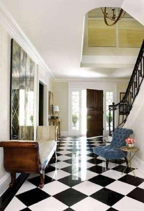 27. Decoração clássica para casa com piso preto e branco xadrez – Foto Conexão Décor